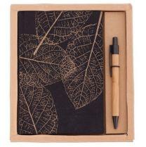 Zestaw składający się z notesu w lnianej, drukowanej okładce (90 kartek w kratkę, 80 g/m2) oraz długopisu bambusowego z plastikową skuwką, przyciskiem i końcówką. Pakowany w kartonowe pudełko. Wymiary - pudełko: 195x210x21 mm, notes: 134 x 190 x 16 mm, dł